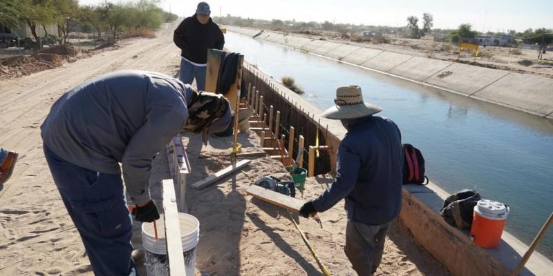 Avanza construcción de puente sobre canal encementado