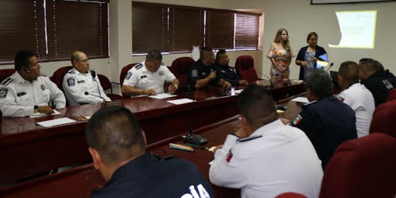 Capacitan a policías municipales en atención a visitantes