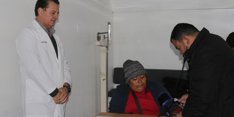Dan atención médica a migrantes apostados en línea internacional