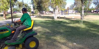 Dan mantenimiento a parques de la ciudad