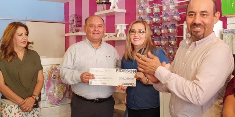 Entrega Alcalde crédito a mujer emprendedora