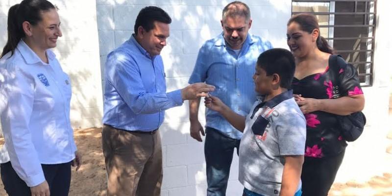 Entrega alcalde primera casa recuperada a familia sanluisina