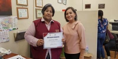 Reconoce Presidenta del DIF a trabajadora