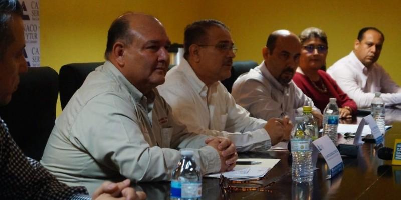 Se reúne alcalde Santos González con Canaco