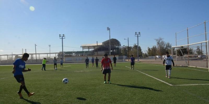 Visitan atletas a internos del Itama